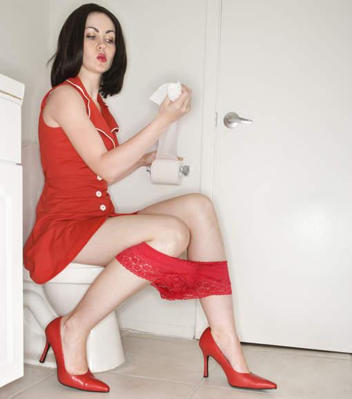 femme-aux-toilettes