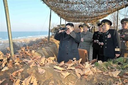 """Le numéro un nord-coréen Kim Jong-Un assistant à un exercice d'entraînement de l'armée. Pyongyang a annoncé samedi entrer """"en état de guerre"""" contre la Corée du Sud, après avoir placé la veille …"""