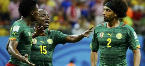 Achille Weboc essaie de séparer ses coéquipiers Benjamin Moukandjo et Benoit Assou-Ekotto pendant le match contre la Croatie, le 18 juin 2014 à Manaus.