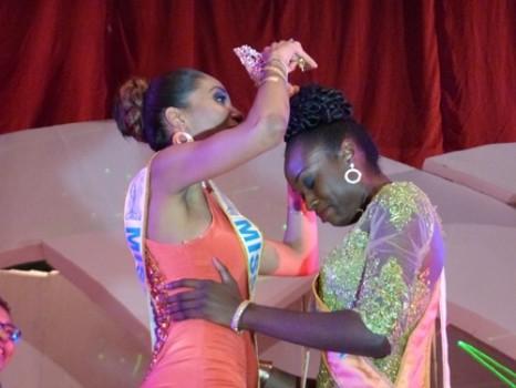 Valerie Ayena (Miss Cameroun 2013) passe la couronne à la nouvelle Miss Cameroun