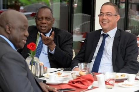 Le président de la CAF Issa Hayatou (c) discute avec le N.1 de la Fédération marocaine Fouzi Lekjaa (d) lord d'un déjeuner de travail sur le report de la CAN-2015 à Rabat, le 3 novembre … AFP/AFP/Archives