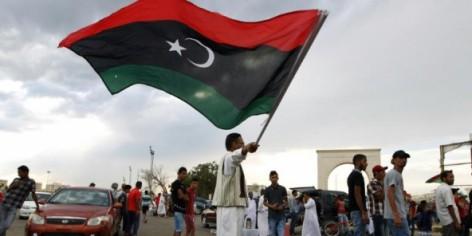 Un homme agite le drapeau libyen, le 7 août 2015 à Benghazi.