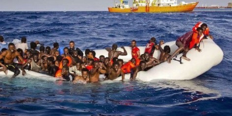 Une embarcation de migrants en train d'être secourus, au large de l'île italienne de Lampedusa, le 17 avril 2015.