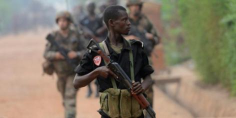 Un policier centrafricain accompagné de soldats de l'armée française dans les rues de Bangui, le 8 février 2014.
