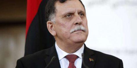 Le chef du gouvernement libyen d'union nationale, Fayez al-Sarraj lors d'une conférence de presse, à Sikhrat, au Maroc, le 17 décembre 2015.