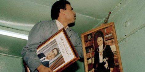 Changement de portrait présidentiel le 9 novembre 1987 dans un commerce de Tunis. A gauche, le nouveau président Zine el Abidine Ben Ali et à droite Habib Bourguiba.