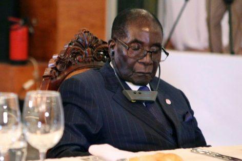 Ces derniers mois, Robert Mugabea été fréquemment pris en flagrant délit de sieste. PHOTO AFP