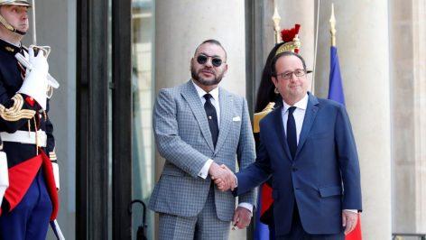 François Hollande accueille le roi Mohammed VI sur le perron de l'Elysée, le 2 mai 2017.