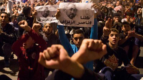 Des manifestants brandissent une image de Nasser Zafzafi, leader du mouvement de protestation dans le Rif marocain, lors d'un défilé à Al Hoceïma le 29 mai. © AFP/Fadel Senna