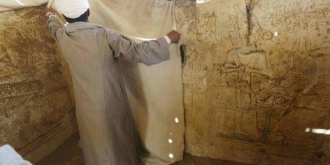 Un ouvrier à l'oeuvre dans une tombe antique découverte au sud du Caire, en mai 2014. © Amr Nabil/AP/SIPA