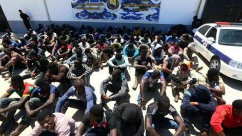 Migrants illégaux qui tentaient de rejoindre l'Europe rassemblés au centre de détention de Tajoura, à Tripoli, le 9 mai 2017 (photo d'illustration). © MAHMUD TURKIA / AFP