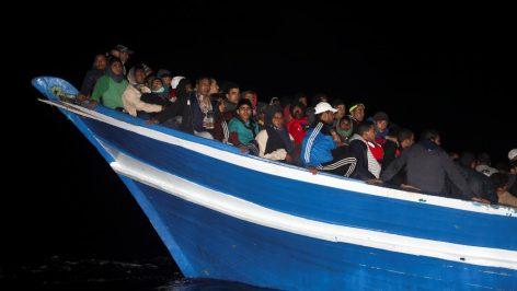 Depuis le début de l'année, plus de 6000 migrants ont été secourus par des ONG en Méditerranée (comme ici par Proactiva Open Arms, fin mars 2017 au large de la Libye). Des groupes d'extrême droite veulent empêcher ces opérations de sauvetage. © Reuters/Yannis Behrakis