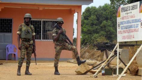 Des soldats camerounais, au poste de frontière de Garoua-Boulai, dans l'est du Cameroun, ville près de laquelle la prise d'otage a eu lieu en mars 2015. © AFP PHOTO / REINNIER KAZE