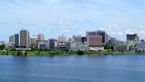 Vue du Plateau, le quartier d'affaires d'Abidjan, dans la baie de Cocody. © RyansWorld / Wikimedia commons