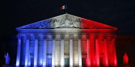 L'Assemblée nationale française aux couleurs de la France, une semaine après les attentats de Paris, le 22 novembre 2015. © Francois Mori/AP/SIPA