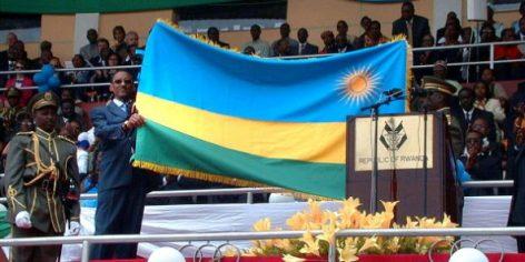 Paul Kagame présente le nouveau drapeau du Rwanda, en 2001 à Kigali. © RODRDIQUE NGOWI/AP/SIPA