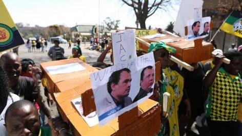 Des militants de l'ANC manifestent devant le tribunal de Middleburg lors du jugement des deux fermiers Willem Oosthuizen et Theo Martins Jackson, le 25 août 2017.