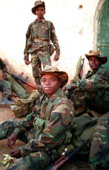 Des soldats angolais à Luanda, en septembre 1993, lors de la guerre contre la rébellion de l'Unita. © JEAN CHARLES GUTNER / AFP
