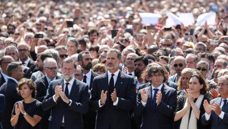 Le roi d'Espagne et le Premier ministre Mariano Rajoy observent une minute de silence sur la place de Catalogne, à Barcelone, le 18 août 2017.