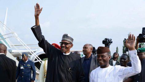 Le président nigérian Muhammadu Buhari (à gauche) et le vice-président Yemi Osinbajo (à droite) à l'aéroport d'Abuja, le 19 août 2017. © Présidence nigériane