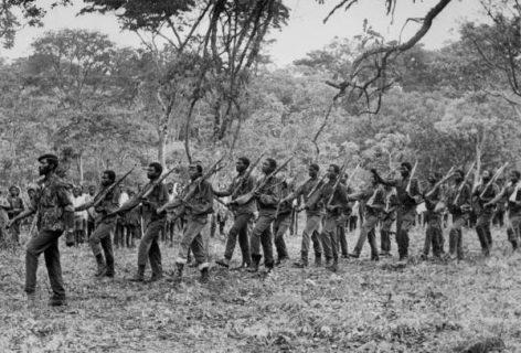 Des soldats du mouvement nationaliste angolais UNITA défilent, le 15 novembre 1975 à Nova Lisboa, quelques jours après la proclamation de l'indépendance de l'Angola. © AFP