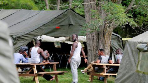 Depuis la semaine dernière, les haïtiens demandeurs d'asile pour s'installer au Canada ont accès aux tentes militaires érigées par l'armée, au poste frontière de St Bernard de Lacolle, le 10 août 2017.