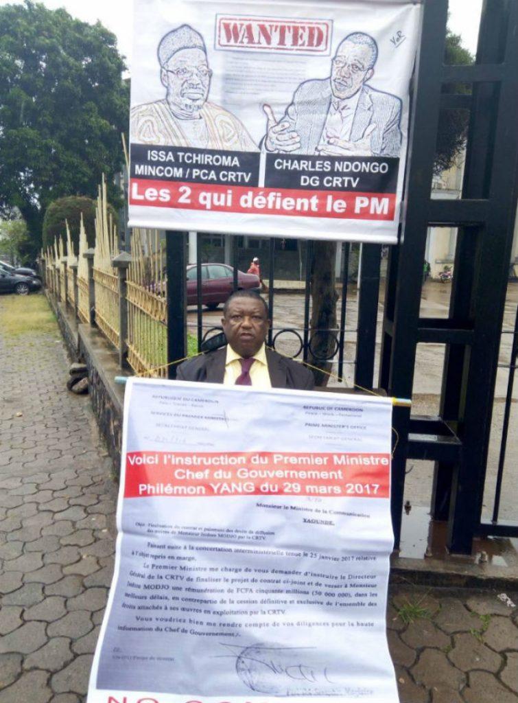 Isidore Modjo manifeste devant le ministère de la Communication