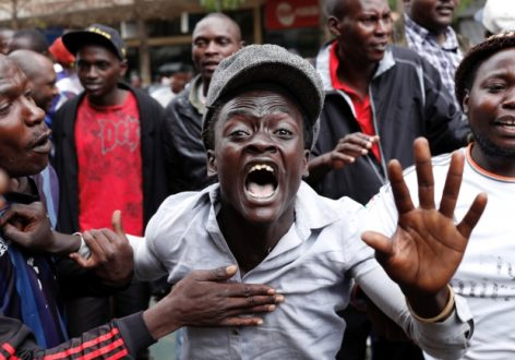 Des partisans de l'opposition affrontent la police en périphérie de Nairobi, en marge de l'élection présidentielle, jeudi 26 octobre.