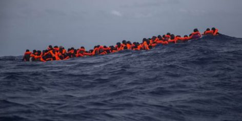 Des migrants attendent d'être secourus par l'ONG espagnole Proactiva Open Arms dans la mer Méditerranée, en septembre 2017.