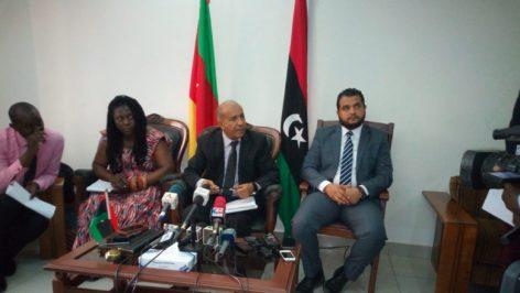 Mohamed Khitouni ( au centre), chargé d'Affaires de l'Ambassade de Libye au Cameroun
