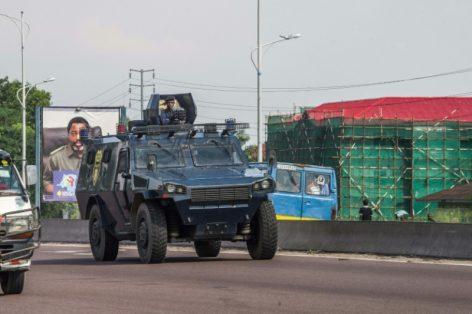 Un véhicule blindé de la police congolaise patrouille dans les rues de Kinshasa, le 30 novembre 2017, lors d'une journée