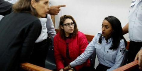 Nour Tamimi (C) dans un tribunal militaire de la prison israélienne d'Ofer, en Cisjordanie occupée, le 28 décembre 2017.