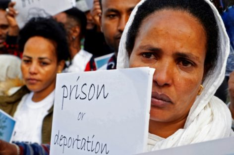 """Des migrants africains protestent contre le plan du gouvernement israélien exigeant leur départ """"volontaire"""" sous pein"""